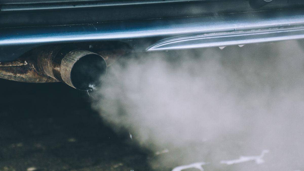 Abgase kommen aus dem Auspuff eines Autos (Symbolbild)