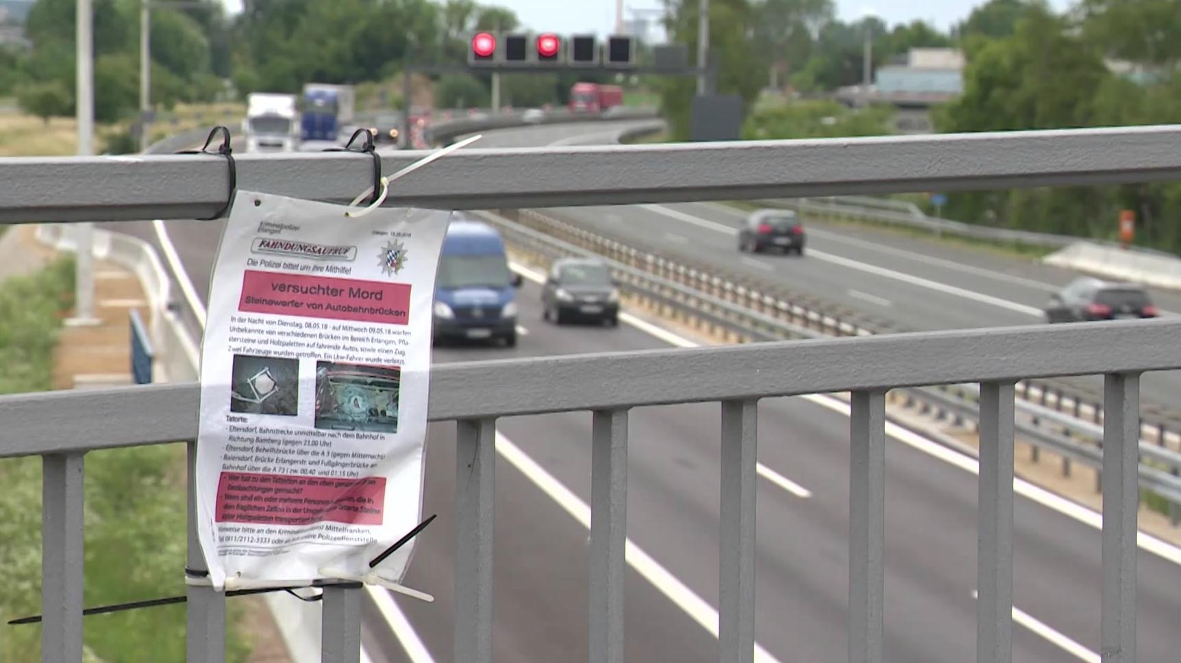 Fahndungsplakat auf Autobahnbrücke