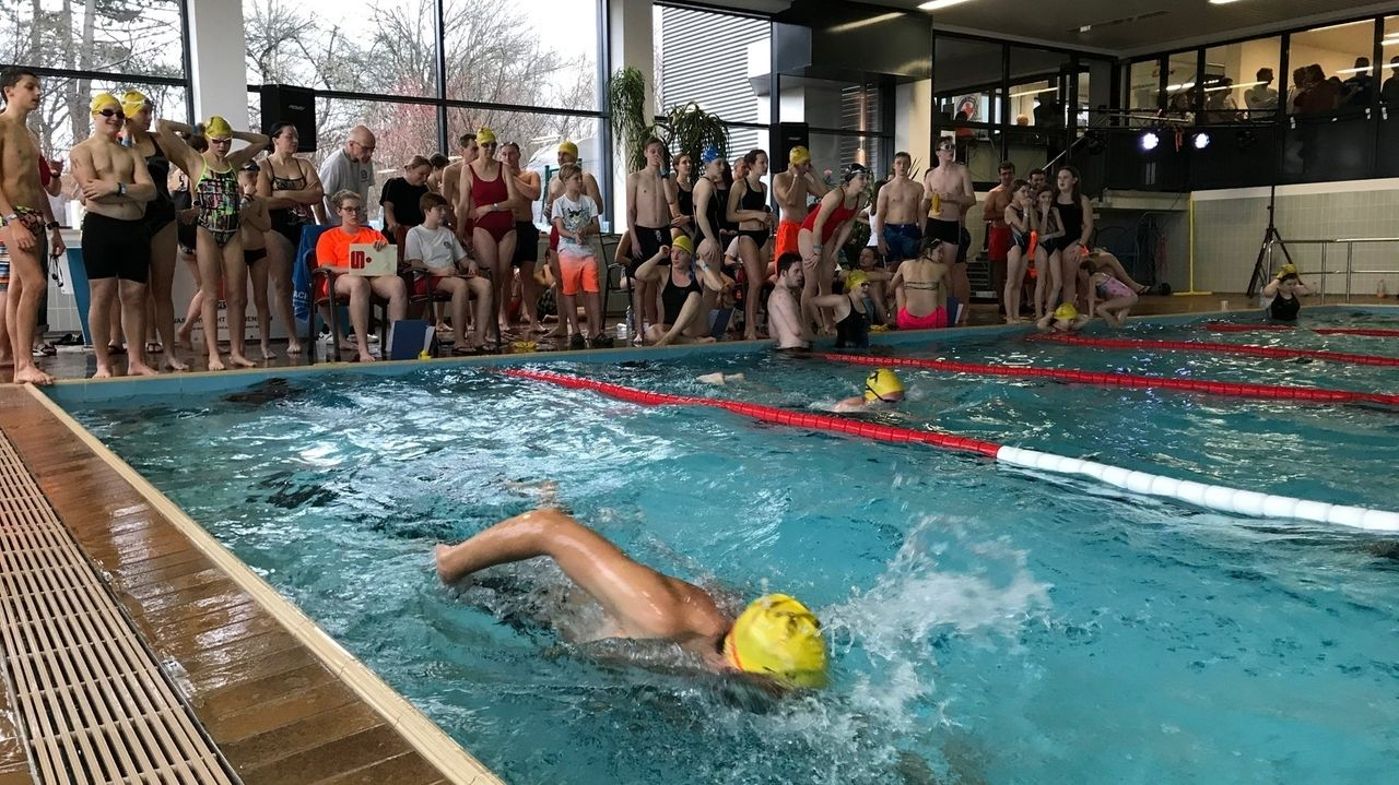 Schwimmbad-Protest in Asbach-Bäumenheim