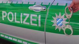 Polizeiauto, seitlich mit bayerischem Wappen und Schriftzug Polizei und Handschellen | Bild:BR/Verena Hampl