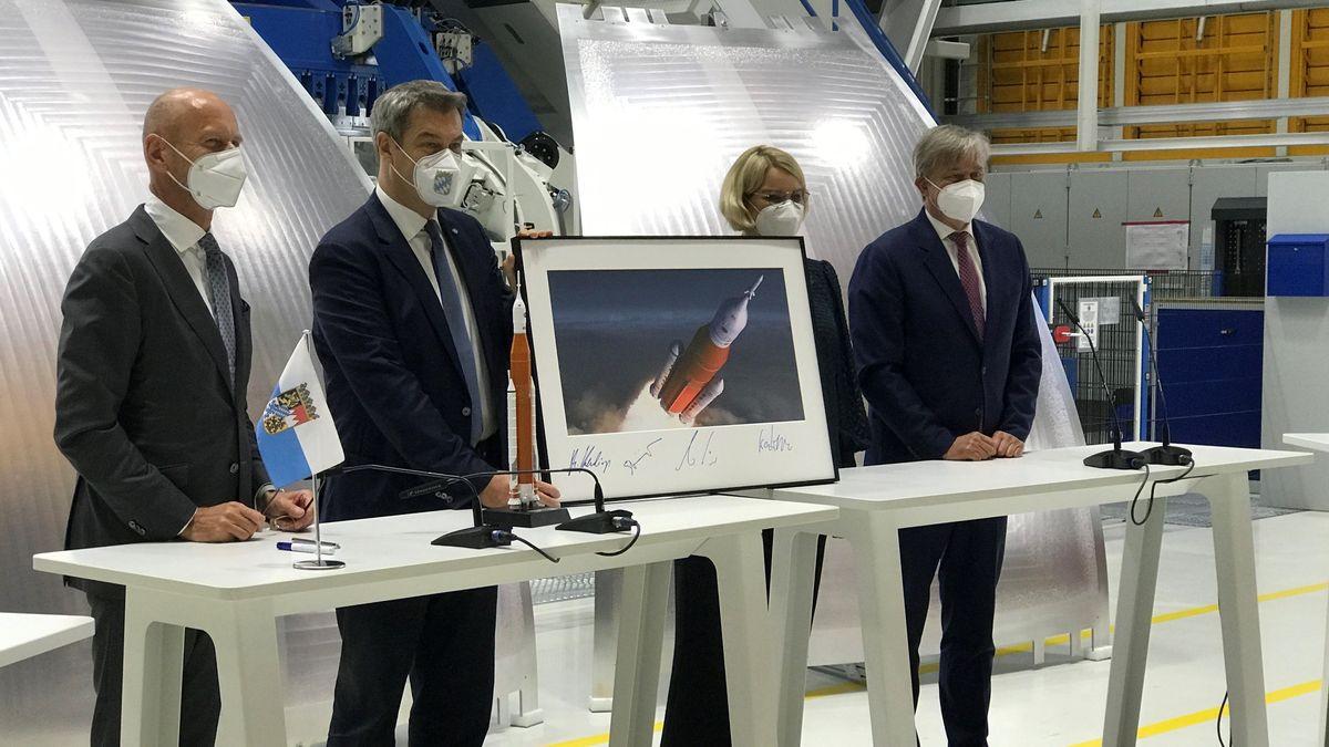 v.l.n.r. Hans Steininger (Vorstandsvorsitzender von MT Aerospace), Ministerpräsident Markus Söder, Augsburgs Oberbürgermeisterin Eva Weber, Michael Haidinger (Präsident von Boeing Deutschland)