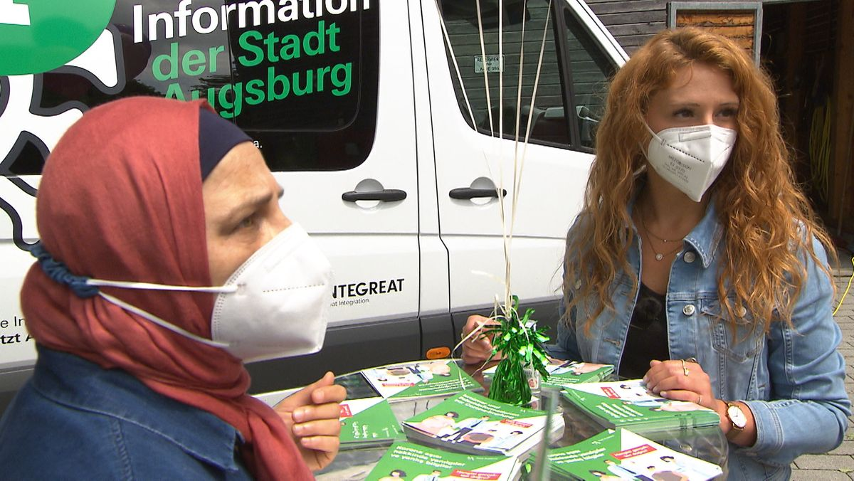 Das Augsburger Corona-Infomobil im Einsatz im Stadtteil Hochfeld. Mit den Menschen ins Gespräch kommen, zuhören, aufklären. Das ist das Ziel.