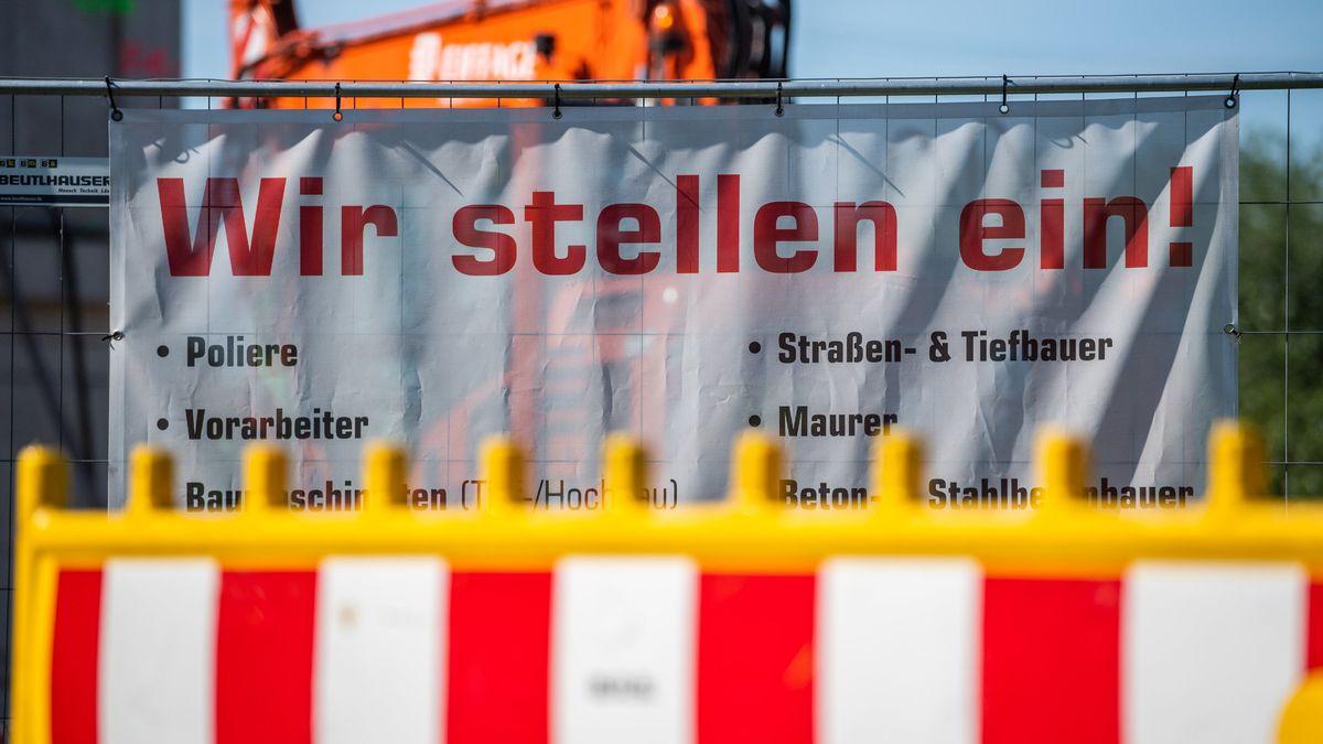 """Plakat """"Wir stellen ein"""" (Symbolbild)"""