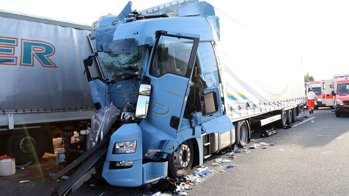 LKW-Fahrer nach Unfall lebensgefährlich verletzt