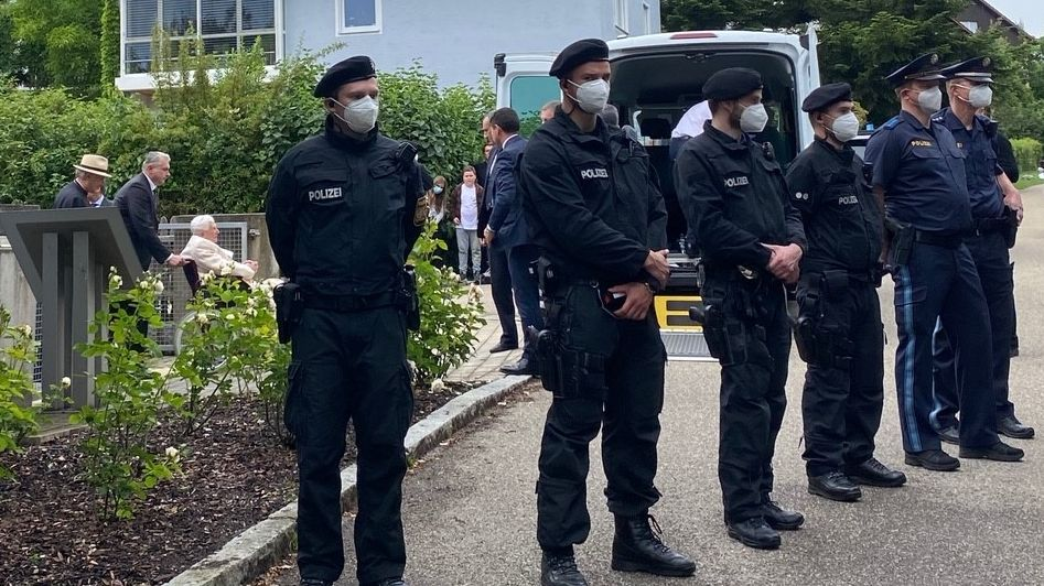 Benedikt XVI. in Pentling, bewacht von Polizisten
