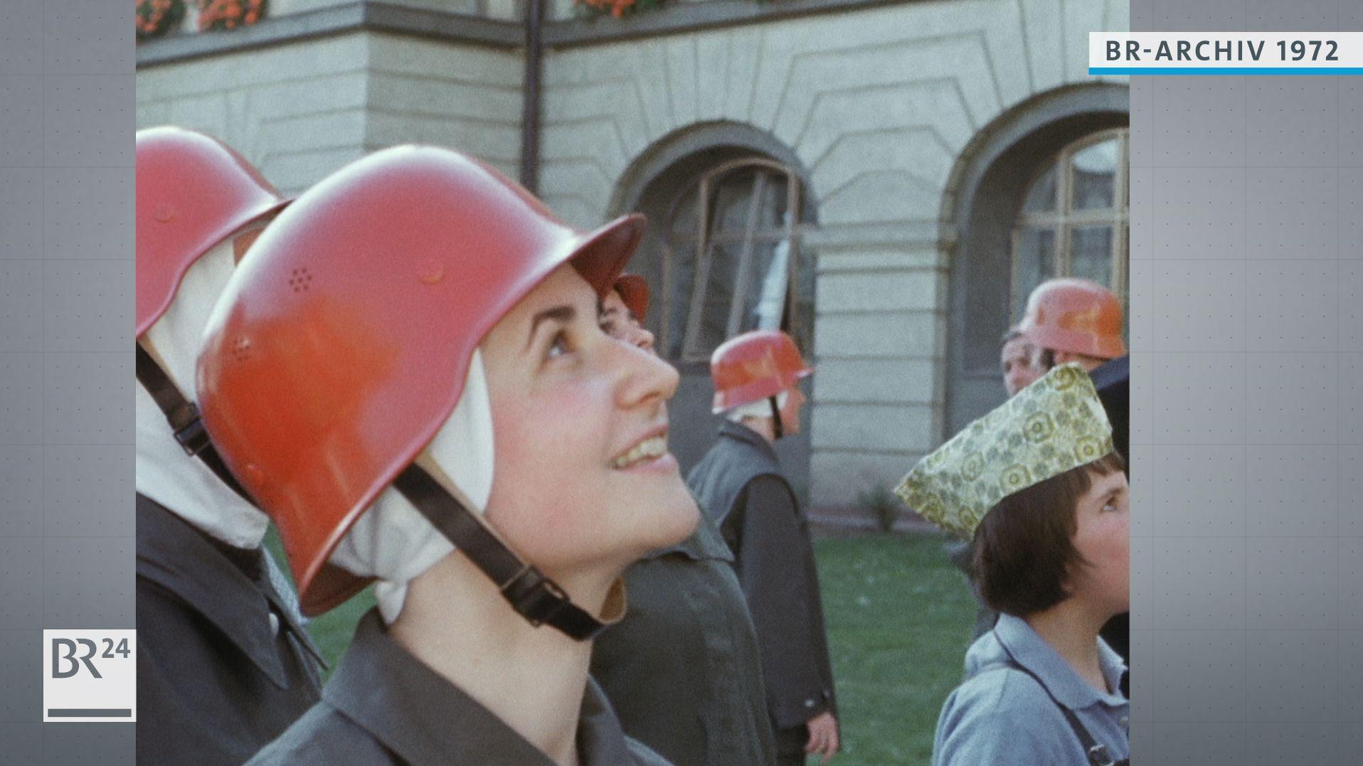 Nonnen mit rotem Feuerwehrhelm