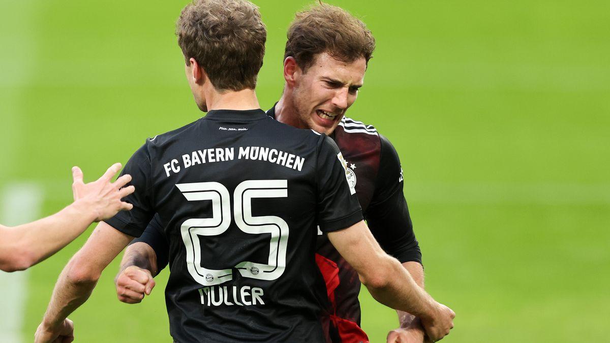 Leon Goretzka und Thomas Müller jubeln nach dem Siegtor in Leipzig