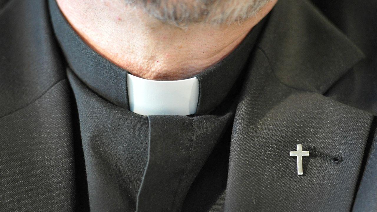 Priester mit Kollar und Priesterkreuz
