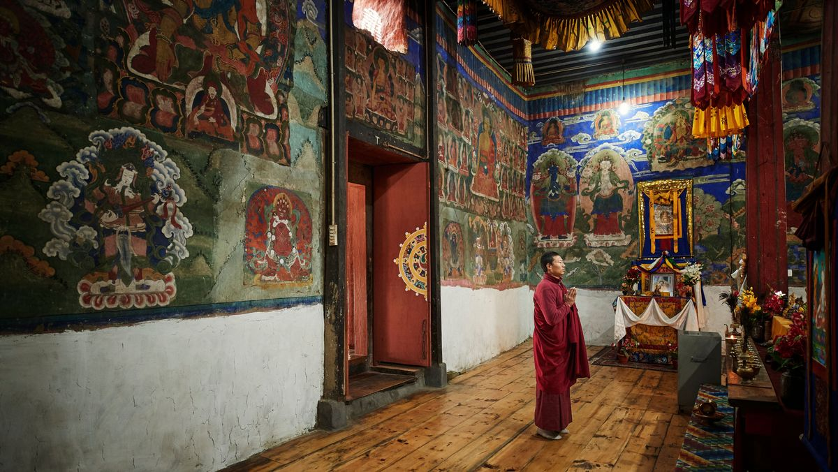 Betender Mönch in einem Kloster in Bhutan