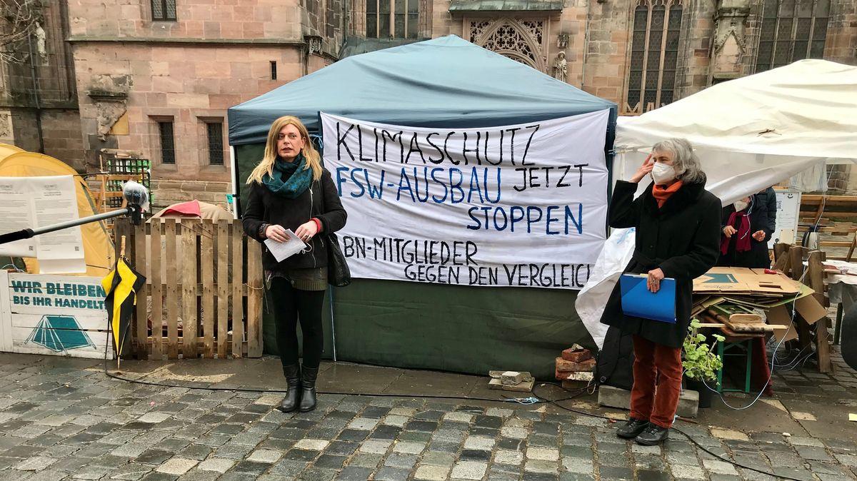 """Tessa Ganserer, (Bündnis 90/Die Grünen, links) und Christine Seer, Sprecherin der Gruppe """"Standhaft bleiben"""""""