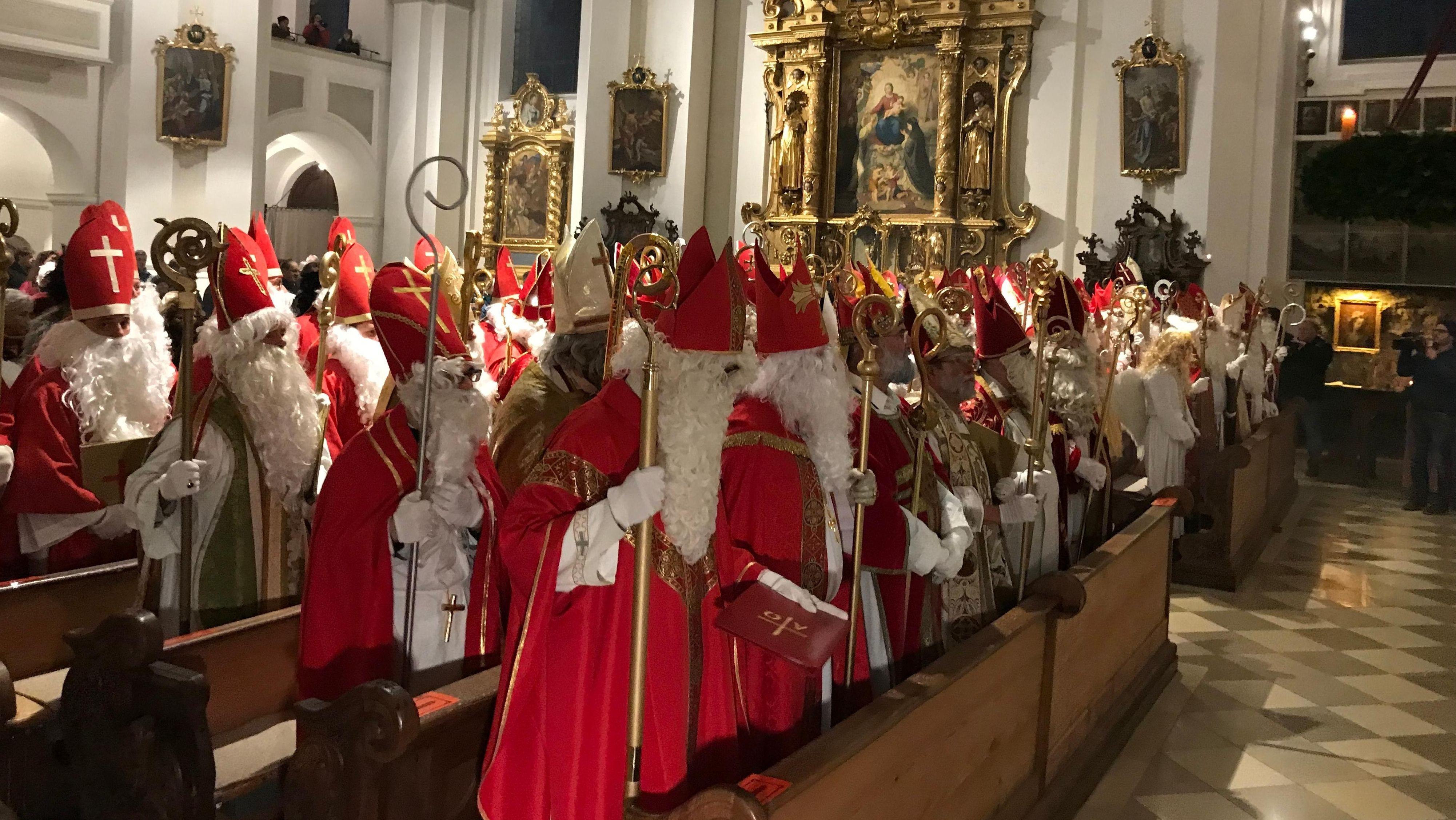 Knapp 100 Nikoläuse, Krampusse, Perchten und Engel in der Murnauer St.-Nikolaus-Kirche