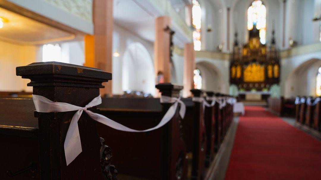 Bankreihen des Kirchengestühls sind in der St. Michaelis Kirche in Hof durch Bänder gesperrt.