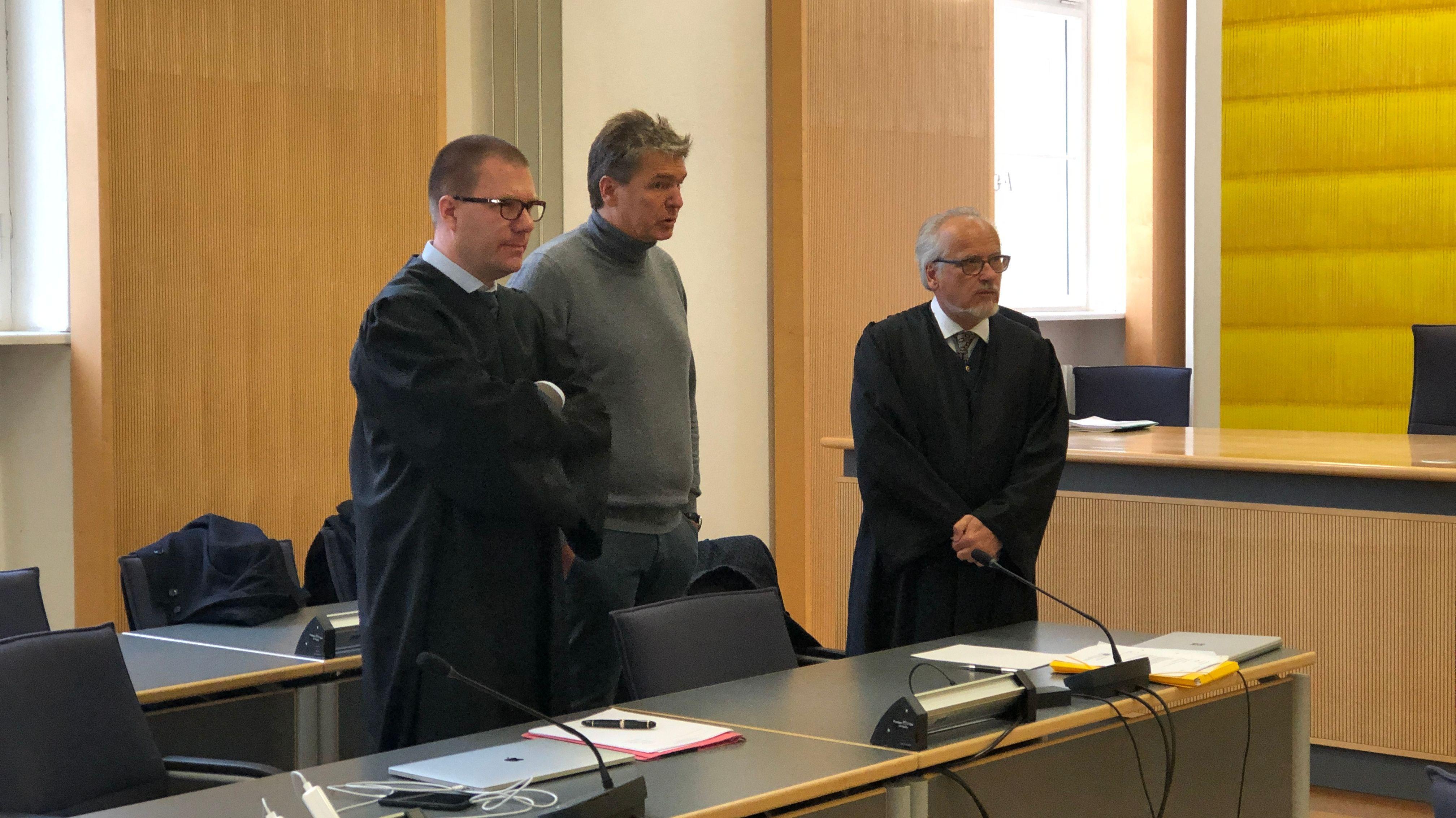 In Regensburg wird am Dienstagvormittag der Bayern-Ei-Prozess fortgesetzt. Erstmals sollen Zeugen aussagen, die sich beim Ausbruch 2014 mit Salmonellen infiziert hatten.