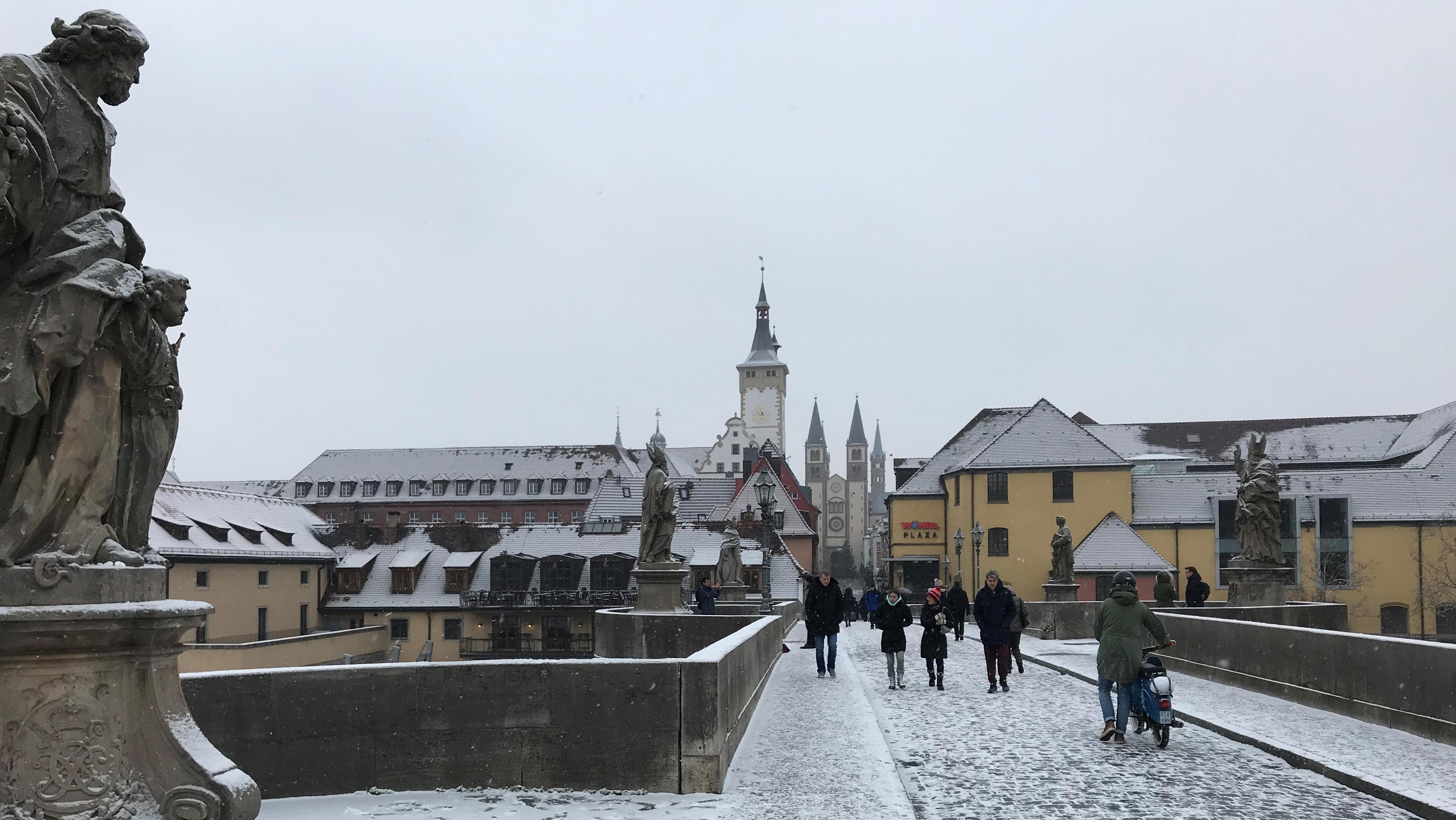 Zarte Schneedecke auf der alten Mainbrücke