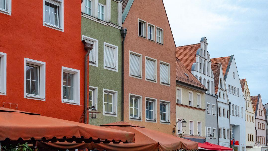 Fassaden in der Weidener Fußgängerzone.