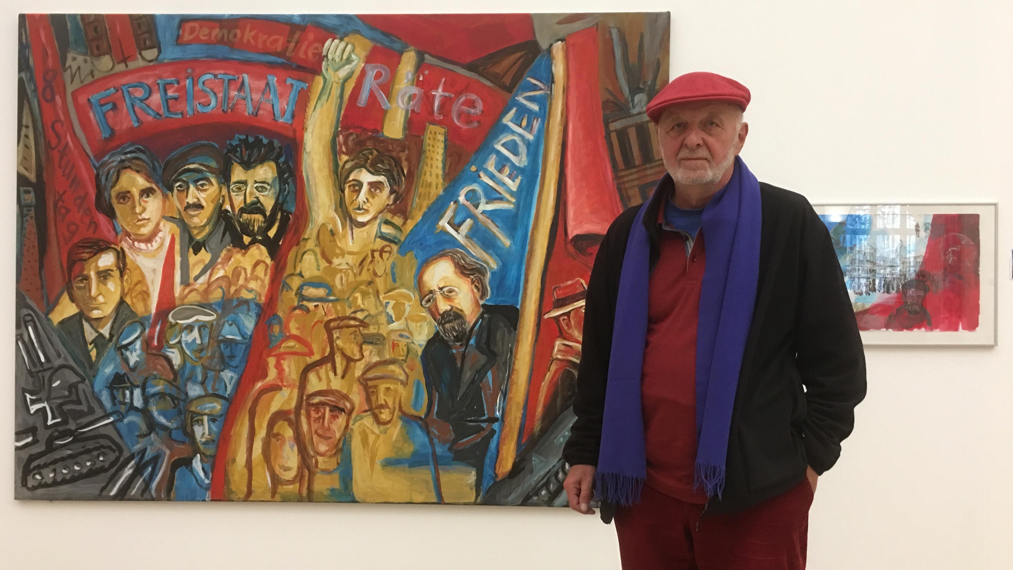 """Der Münchner Künstler Wolfram Kastner vor seinem Werk """"Dank an die Revolutionäre II""""."""