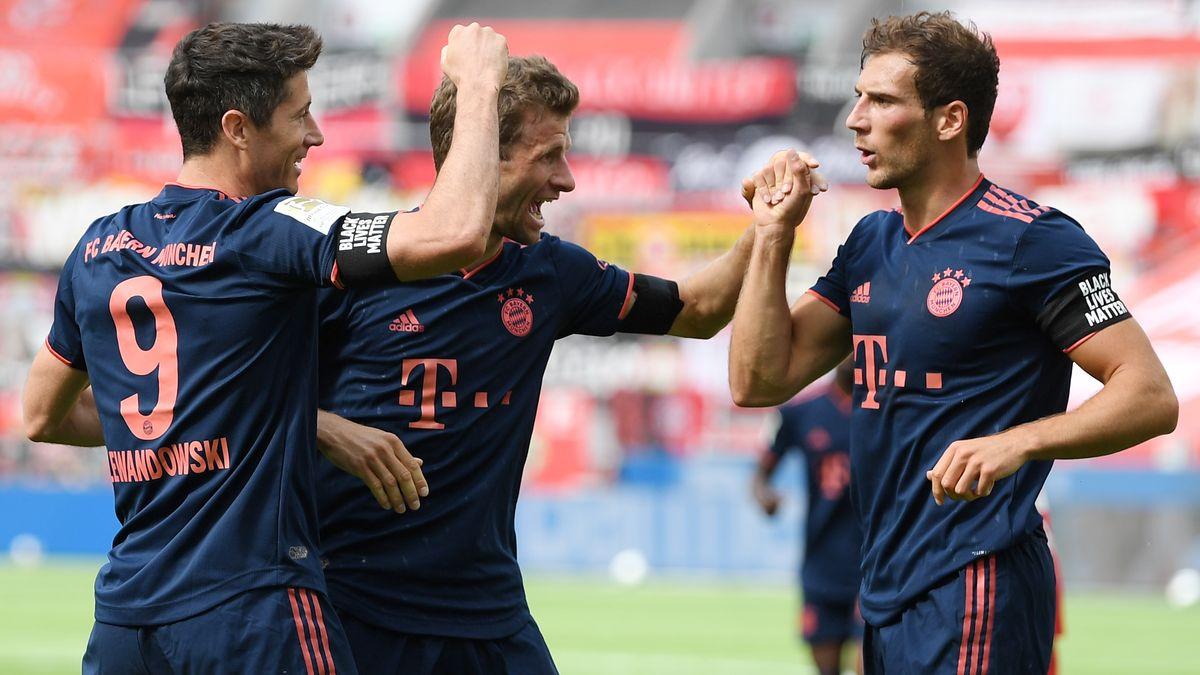 Robert Lewandowski (l) jubelt über seinen Treffer mit Thomas Müller und Leon Goretzka (r).