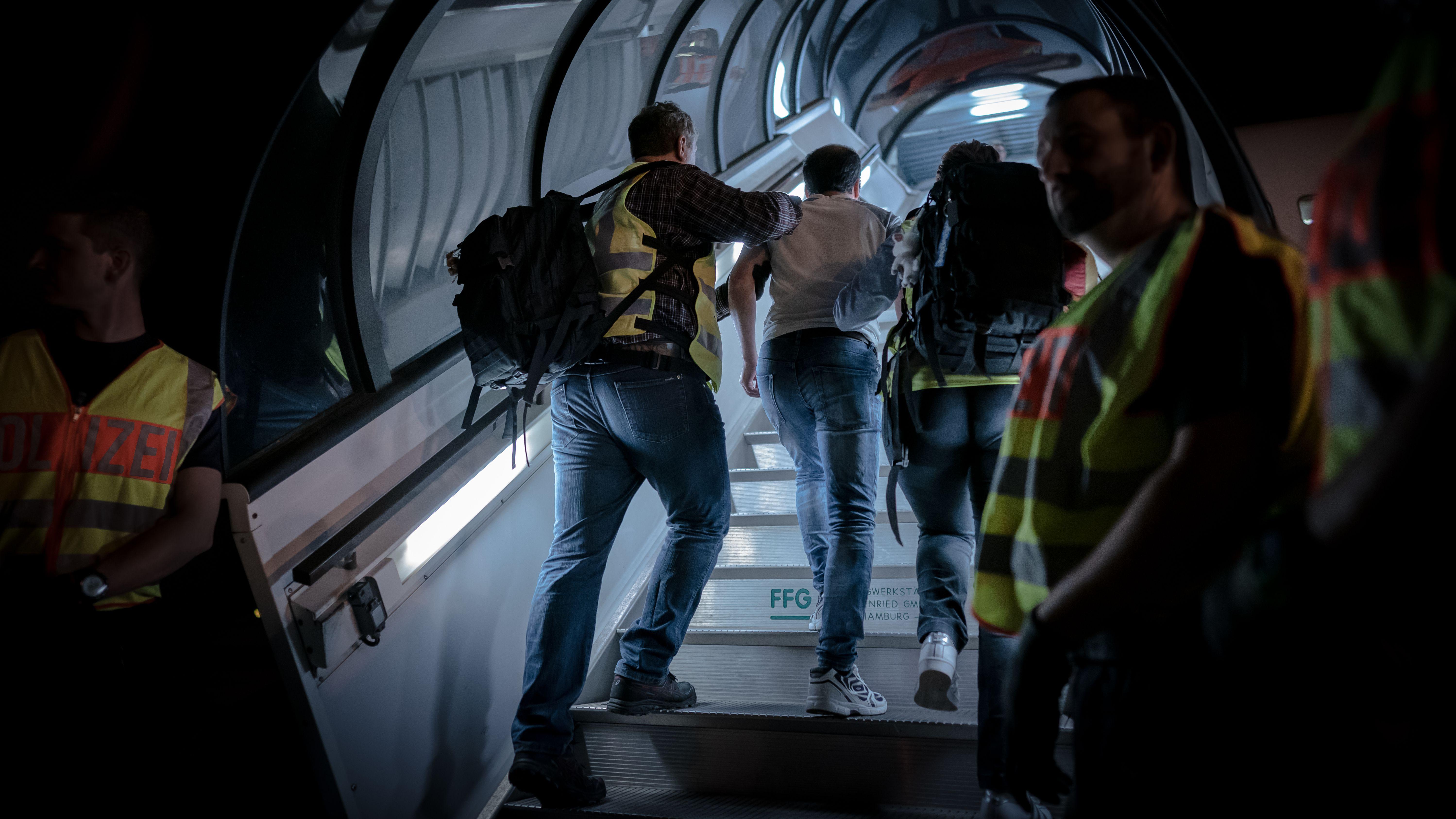 Archiv: Polizeibeamte begleiten einen Afghanen auf dem Flughafen Leipzig-Halle in ein Charterflugzeug. 45 abgelehnte Asylbewerber wurden mit dem Sonderflug in Afghanistans Hauptstadt Kabul abgeschoben