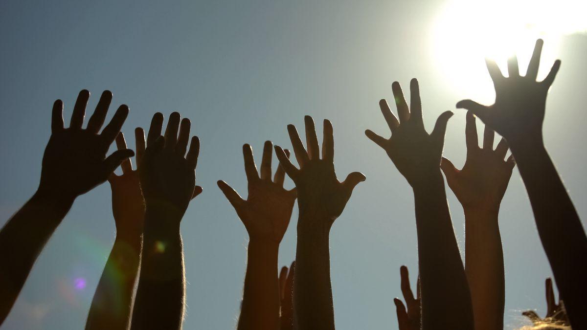 Konzertbesucher strecken die Hände in die Höhe (Symbolbild)