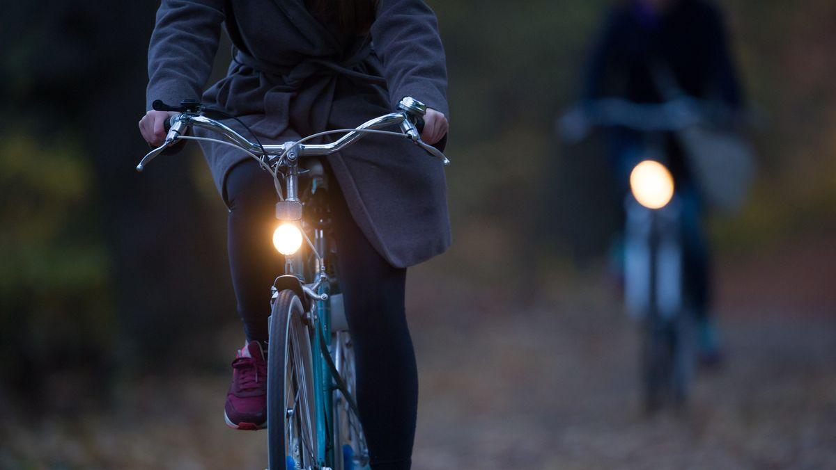Radfahrer im Herbst in München