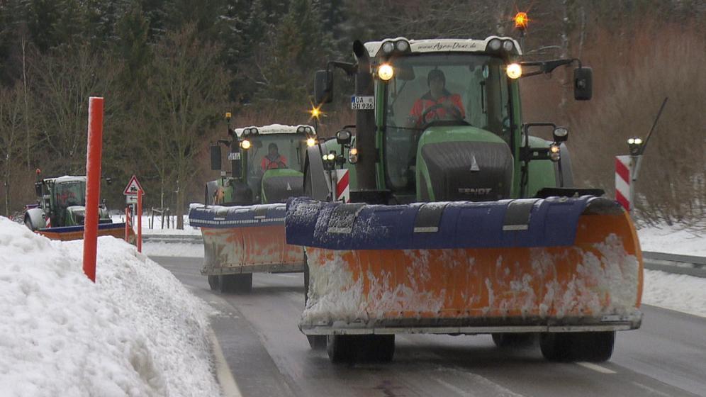 Traktoren mit Schneepflug an der Front in verschneiter Landschaft im Allgäu | Bild:BR