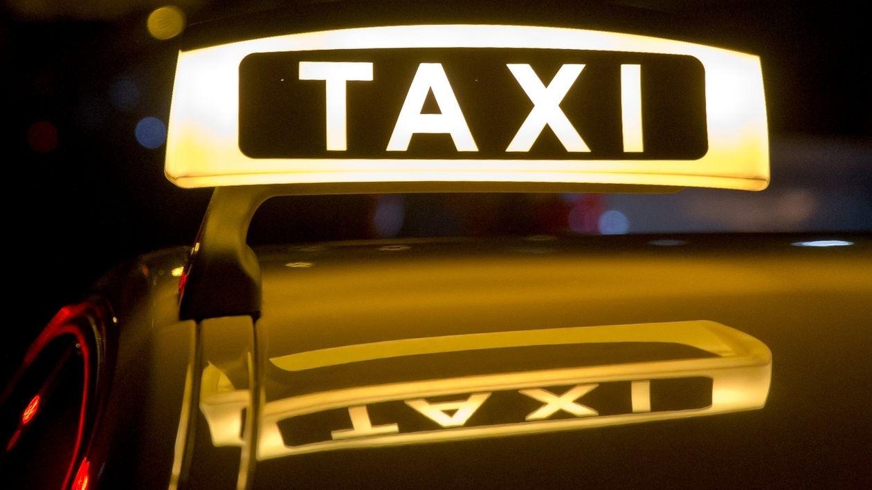 Symbolbild: Taxi-Schild auf dem Autodach