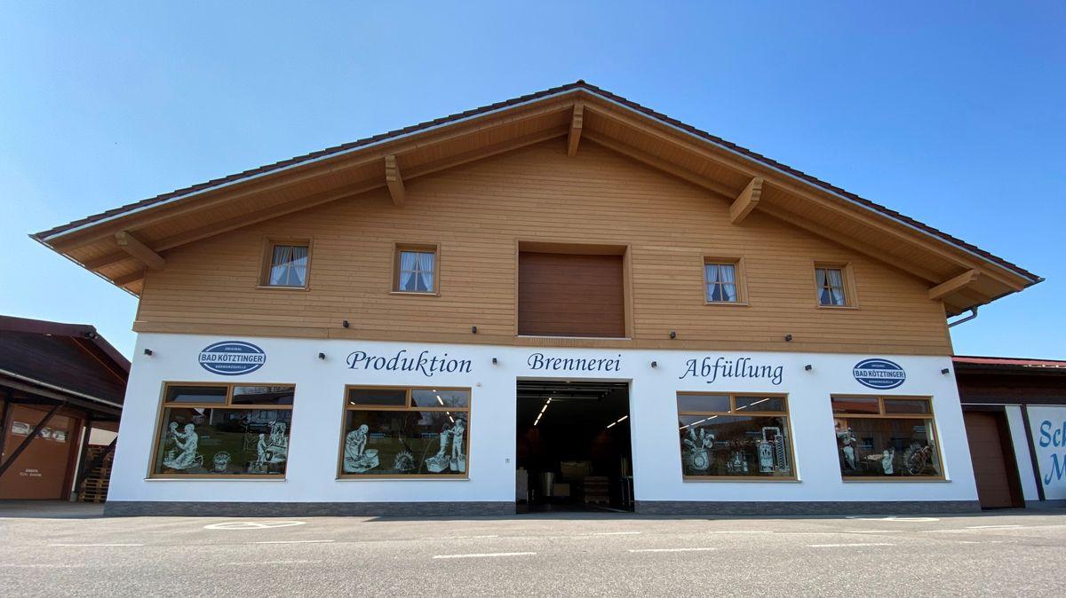 Die Hausfront einer Schnapsbrennerei vor blauem Himmel
