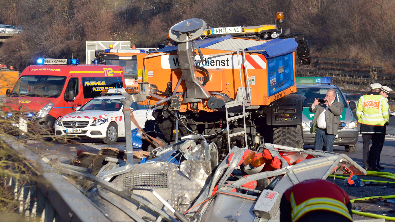 Autounfall in einer Autobahn-Baustelle