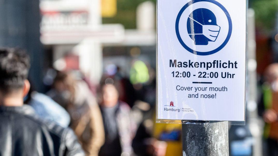 """Schild: """"Maskenpflicht"""" in einer Hamburger Fußgängerzone"""