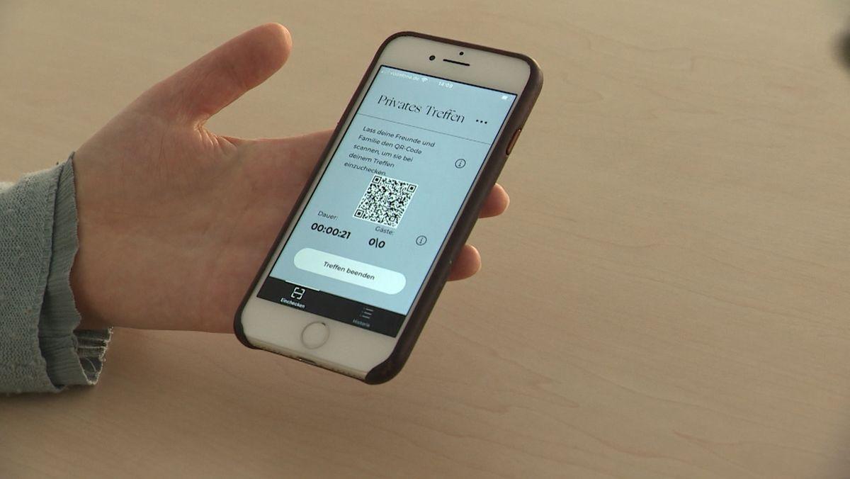 Handy mit geöffneter Luca-App mit QR-Code.
