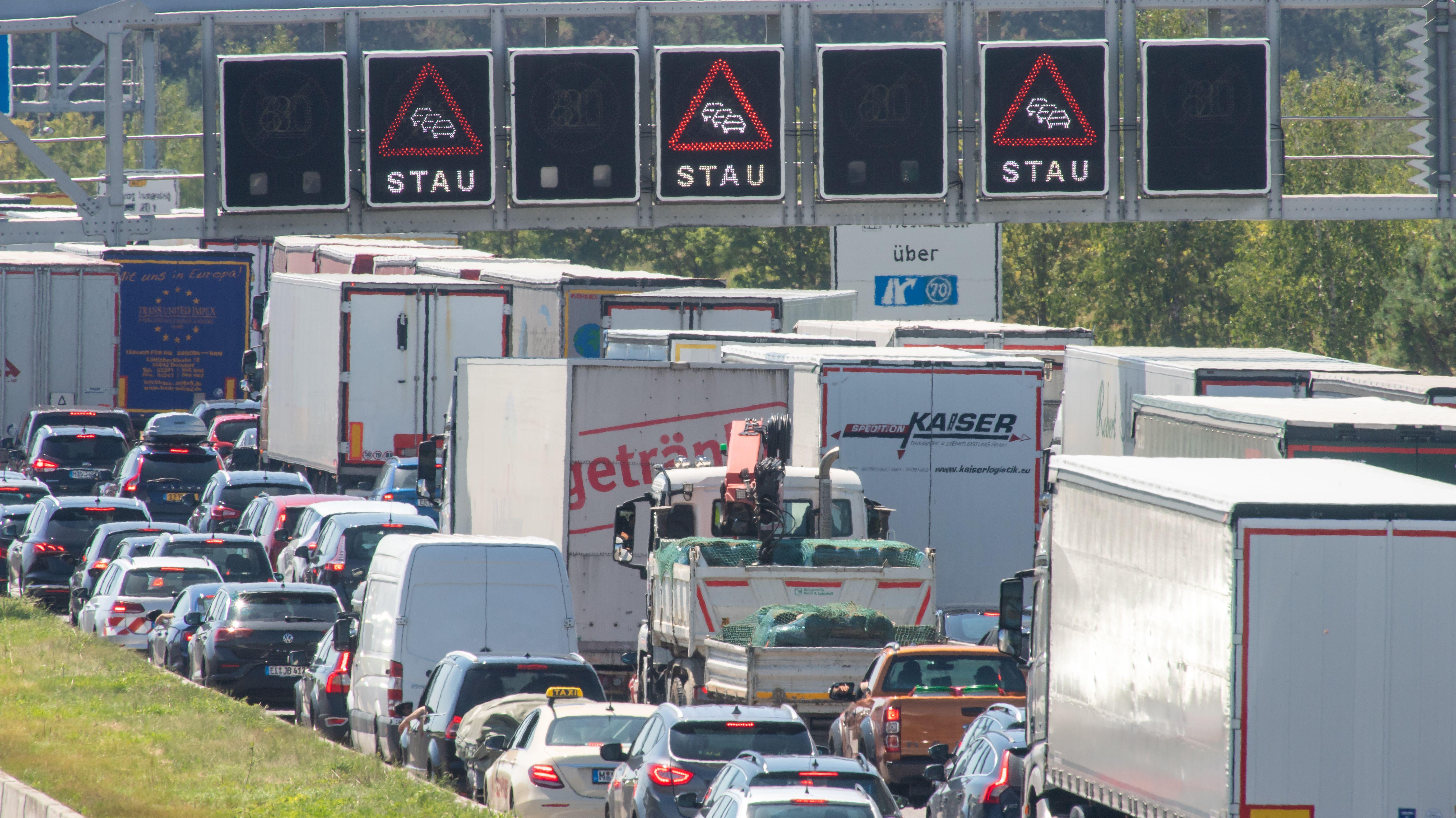 PKW und viele LKW stehen bei Temperaturen um 30 Grad dicht an dicht auf der Autobahn A9 bei München in Fahrtrichtung Süden