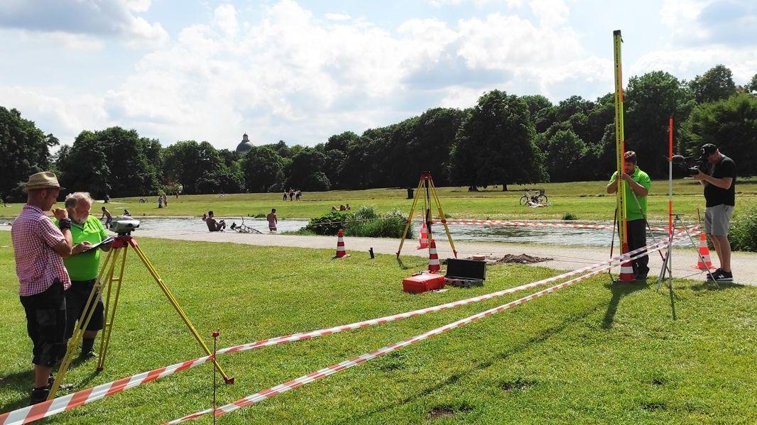 Gemessen wird unter anderem im Englischen Garten in München: Mitten auf der Karl-Theodor-Wiese liegt einer von 55 geodätischen Grundnetzpunkten des Freistaats.