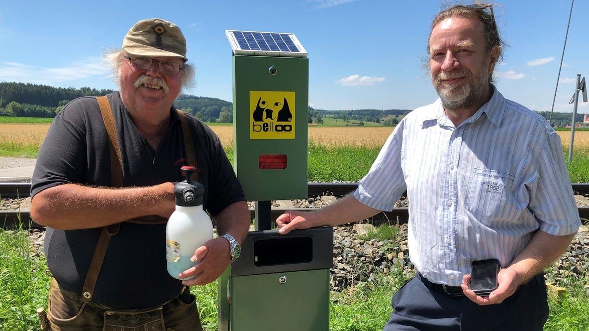 Hundetoilettenbetreuer Helmut Mayer (l.) und Q3-Energie-Geschäftsführer Thomas Neumann (r.).
