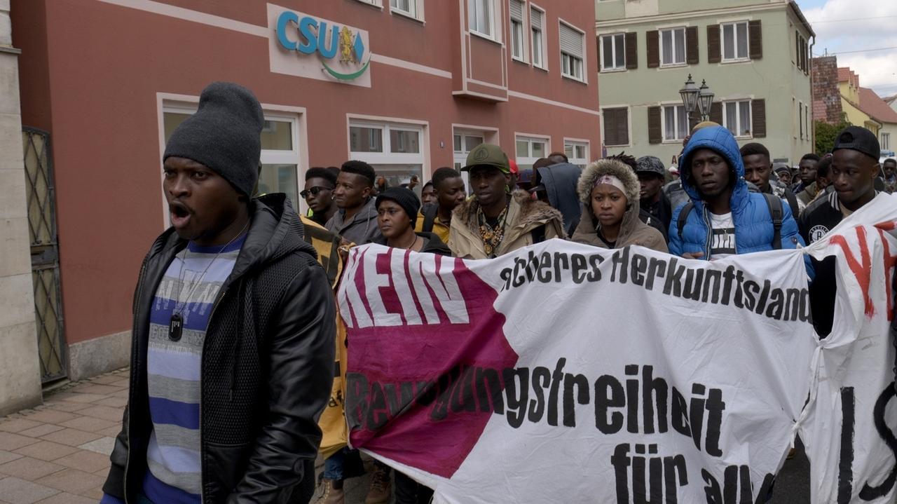 Bayern, Donauwörth. Bewohner der Erstaufnahmeeinrichtung demonstrieren vor dem CSU-Wahlkreisbüro.