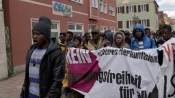 Bayern, Donauwörth. Bewohner der Erstaufnahmeeinrichtung demonstrieren vor dem CSU-Wahlkreisbüro. | Bild:dpa-Bildfunk