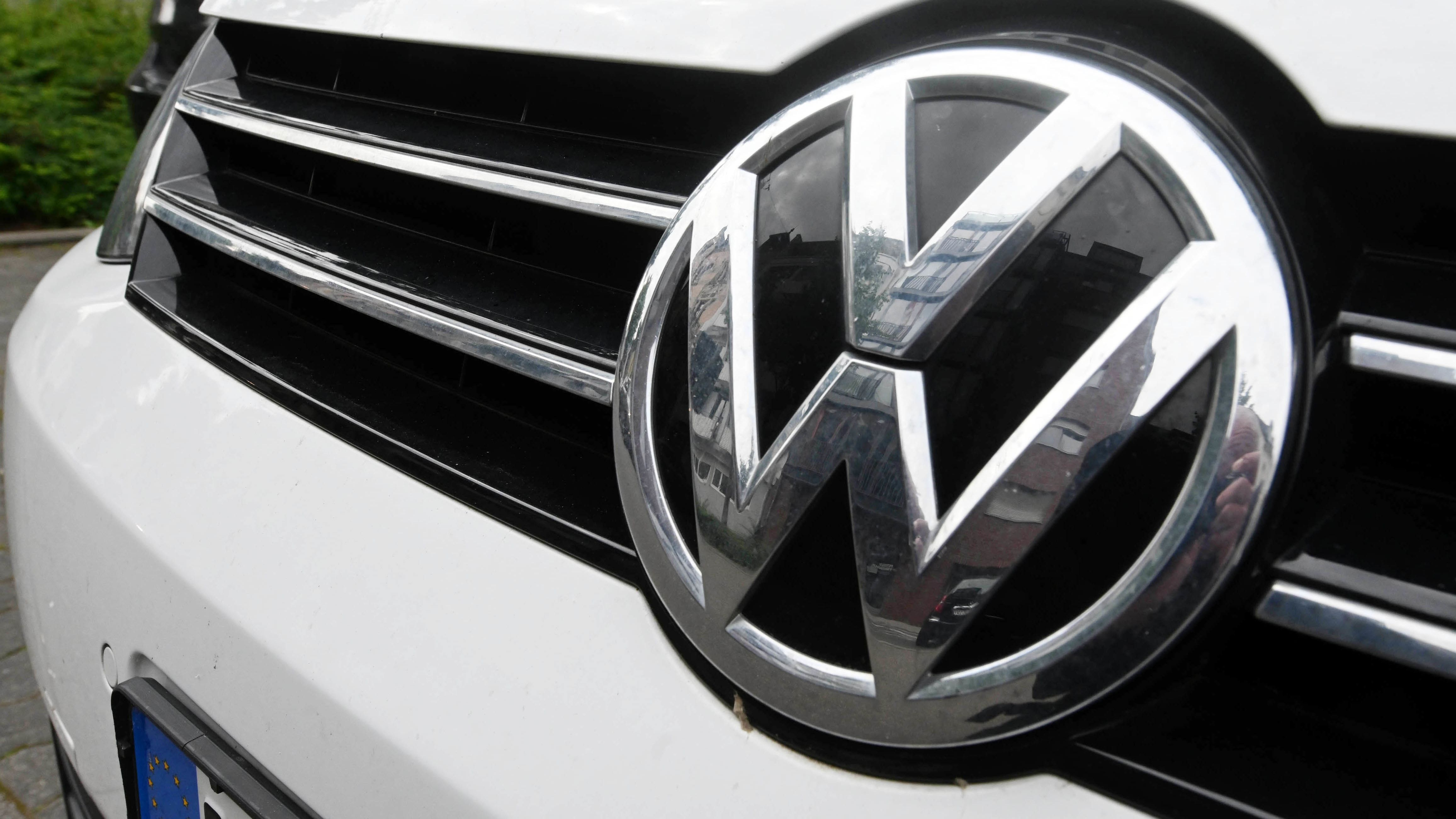 VW-Emblem auf Kühlergrill