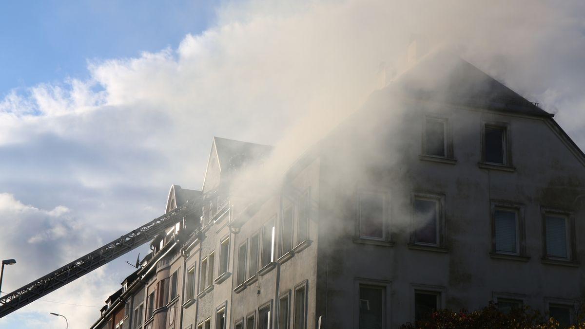 Dunkler Rauch steigt im Oktober 2020 aus einem Wohnhaus in Helmbrechts im Landkreis Hof.