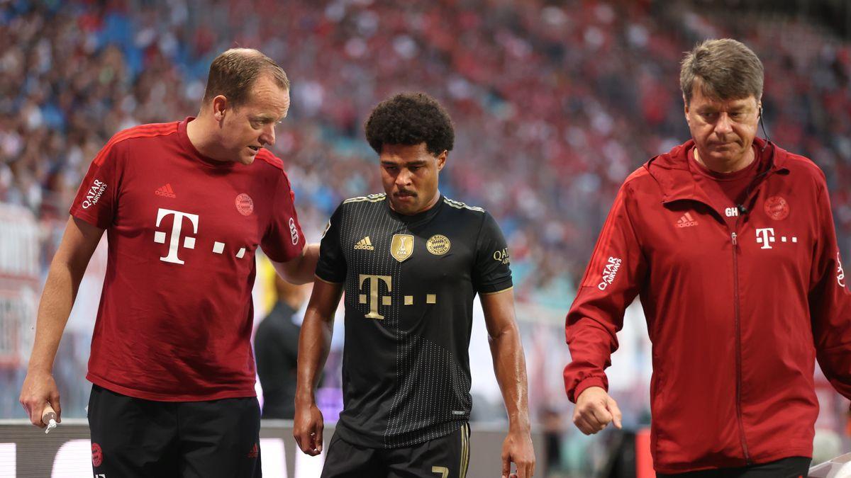Bayerns Serge Gnabry (M) wird nach seiner Verletzung ausgewechselt.