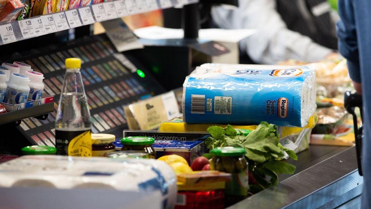 Supermarktkasse mit Waren auf dem Band