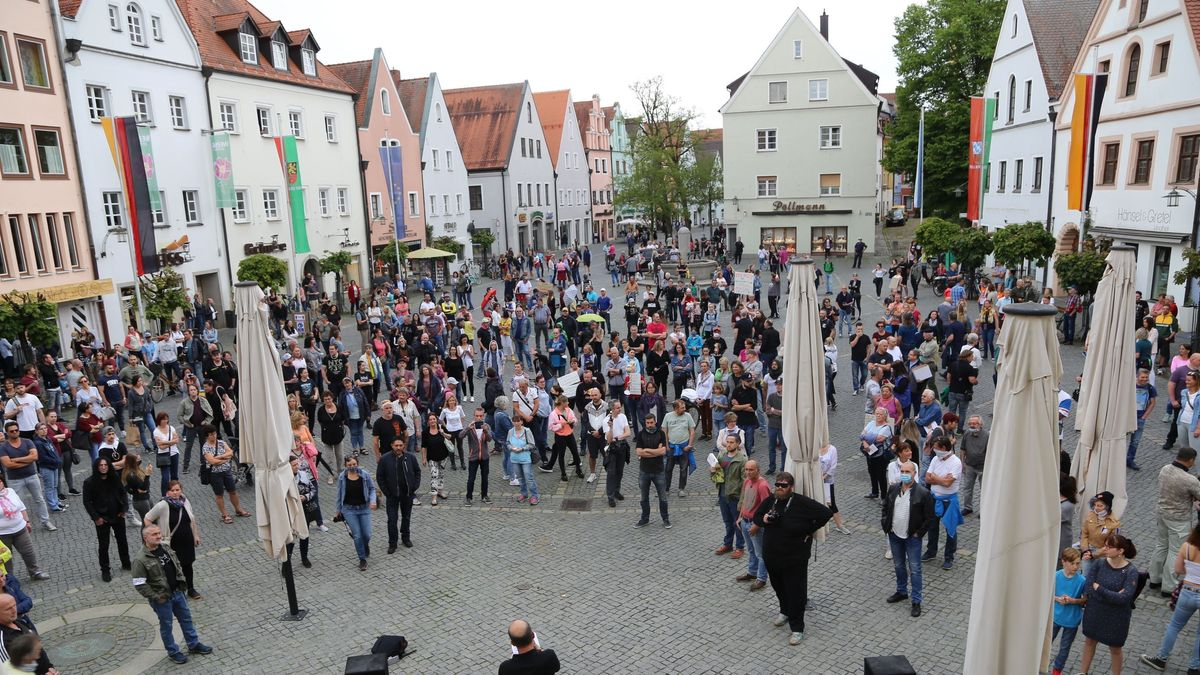 Mehrere hundert Menschen protestieren am Samstag in Weiden gegen die Corona-Maßnahmen.