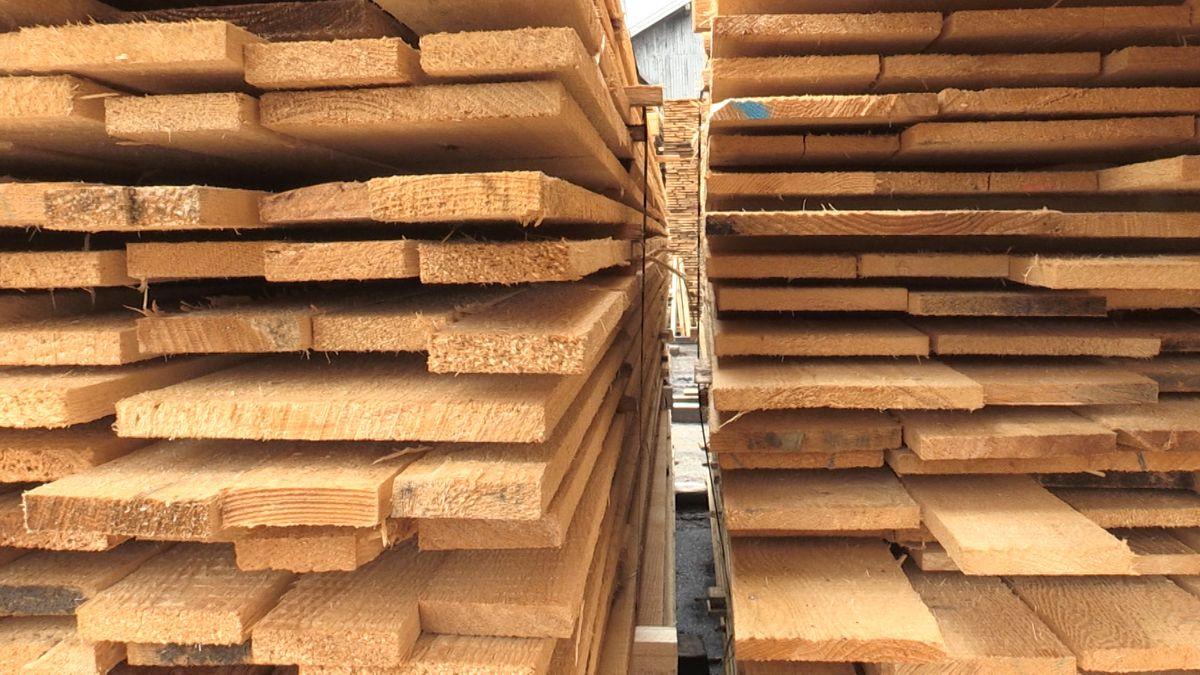 Schnittholz liegt fertig zum Transport im Sägewerk Freutsmiedl.