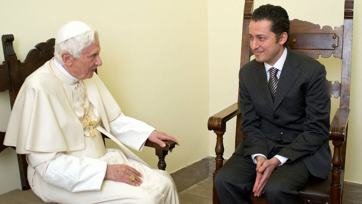 Beim Besuch im Gefängnis: Als damaliges Kirchenoberhaupt begnadigt Josef Ratzinger Paolo Gabriele im Dezember 2012.