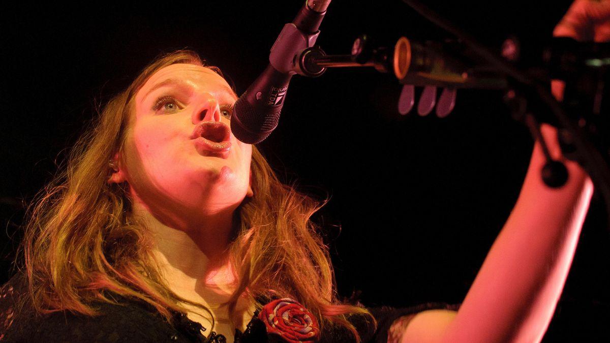 Die Singer-Songwriterin Judith Holofernes vor dem Mikro