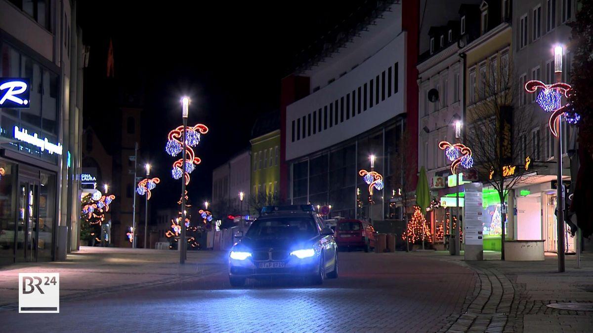 Ein Polizeiauto fährt durch die verlassene Hofer Innenstadt.