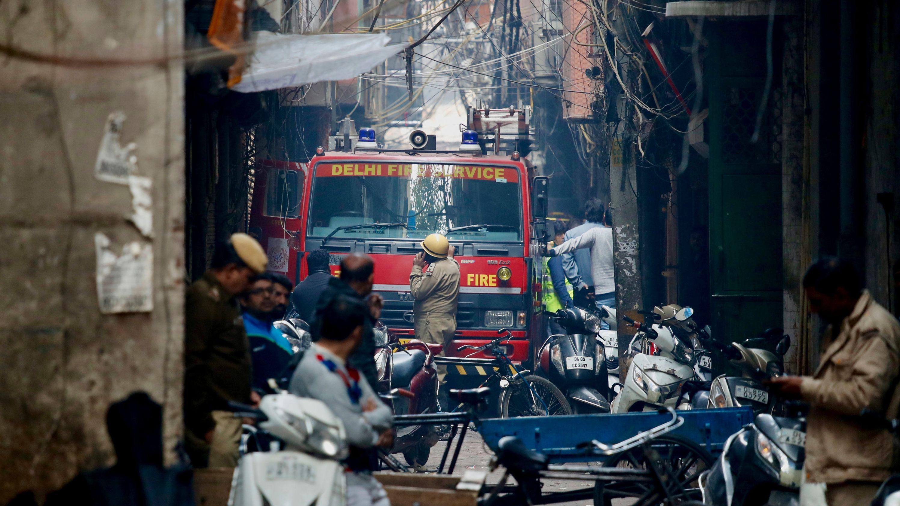 Ein Feuerwehrauto steht in einer engen Gasse in Neu-Delhi.