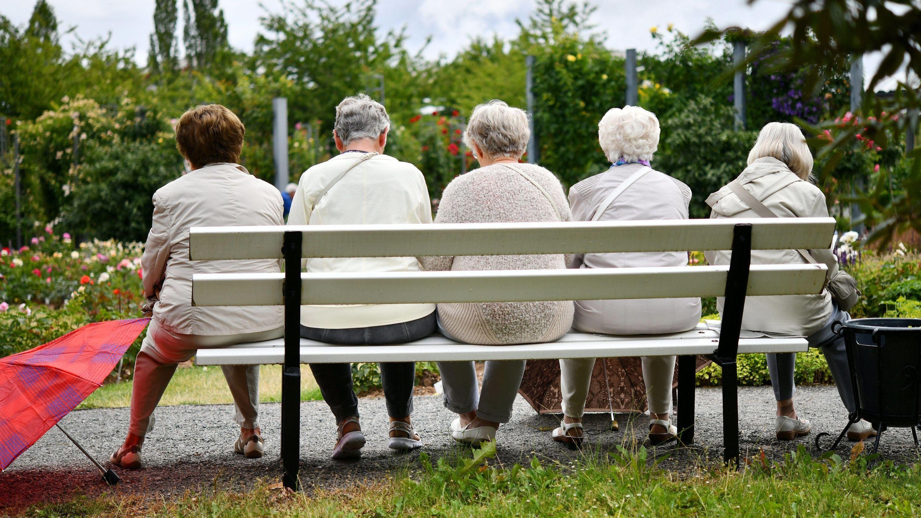 Rentnerinnen sitzen auf einer Parkbank