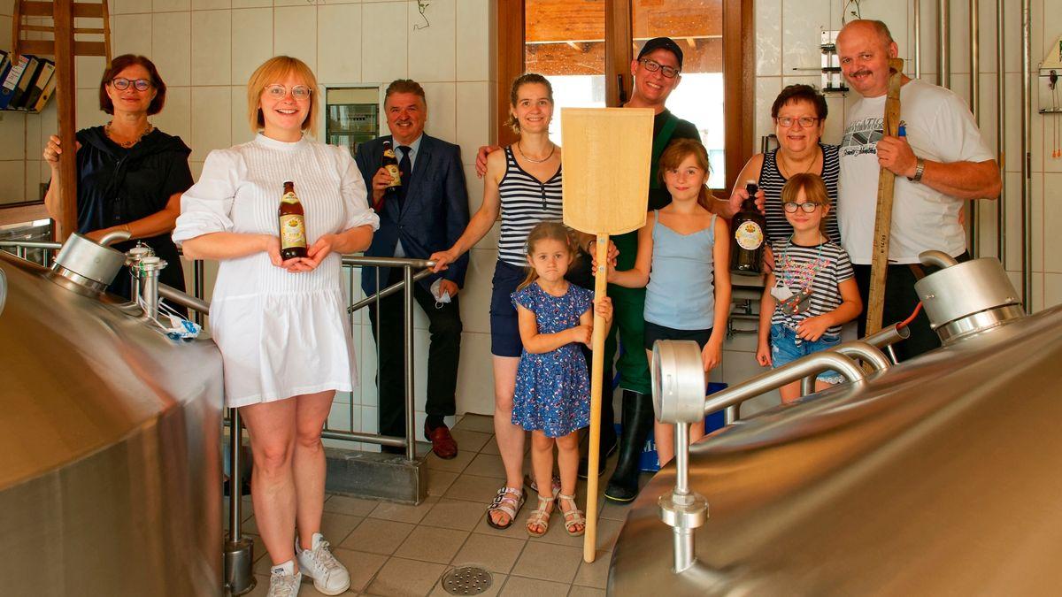 Die Mitglieder der Familie Müller prosten sich in ihrer Brauerei zu.