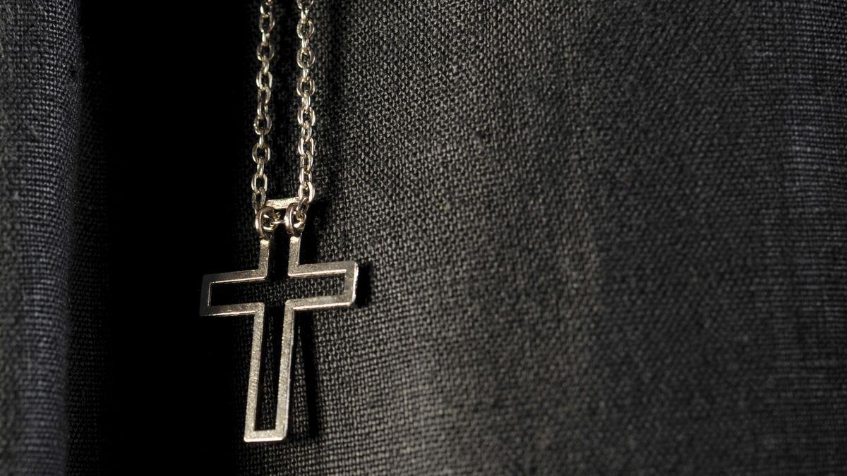 Kreuz über einem Sakko