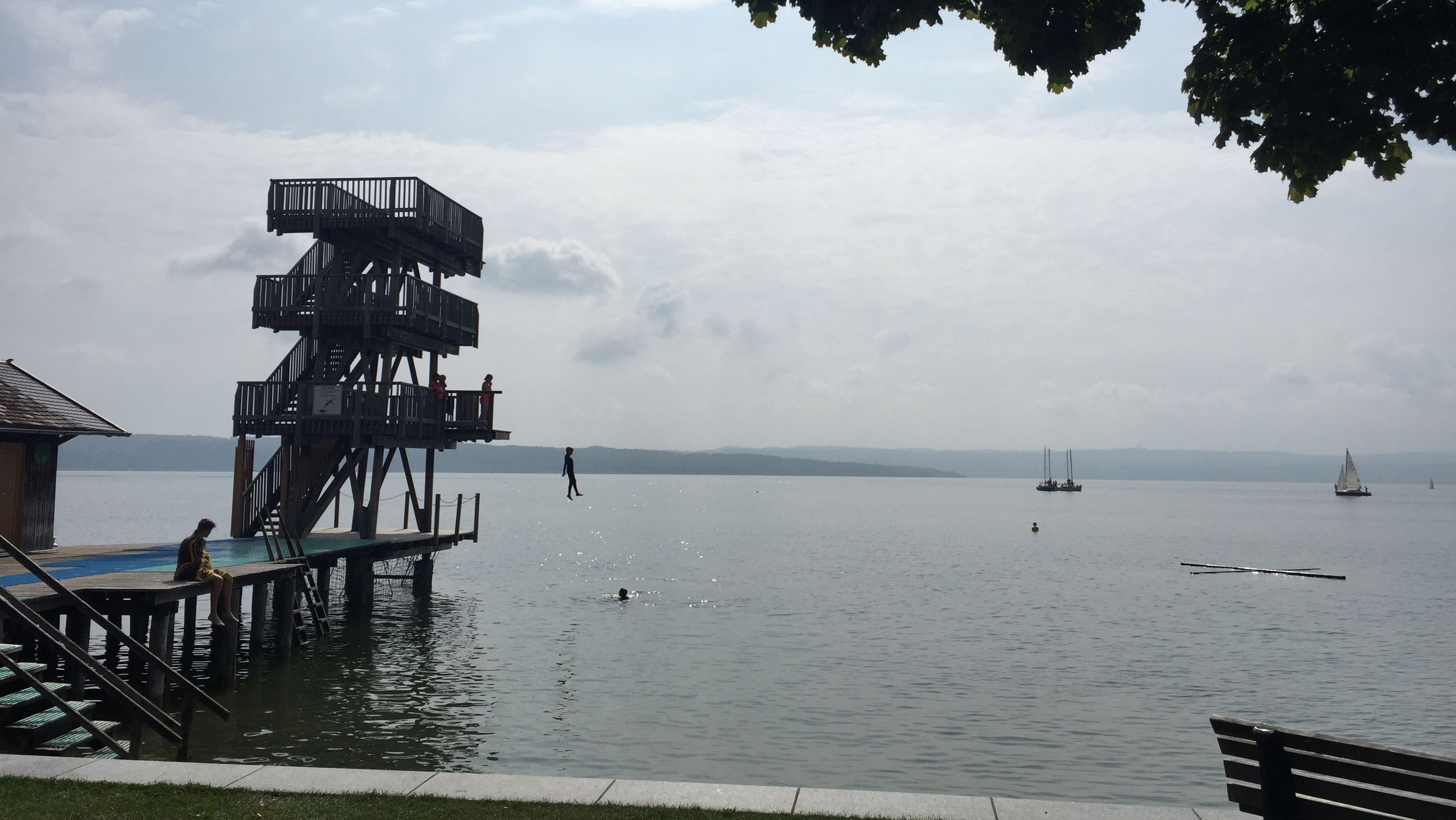 Sprungturm und Schwimmkreuz in Utting am Ammersee