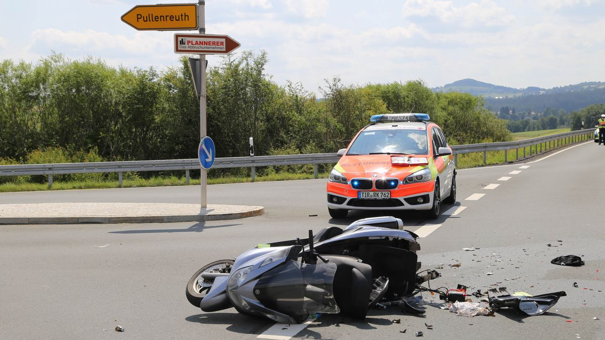 Das kaputte Motorrad auf der Staatsstraße 2177.
